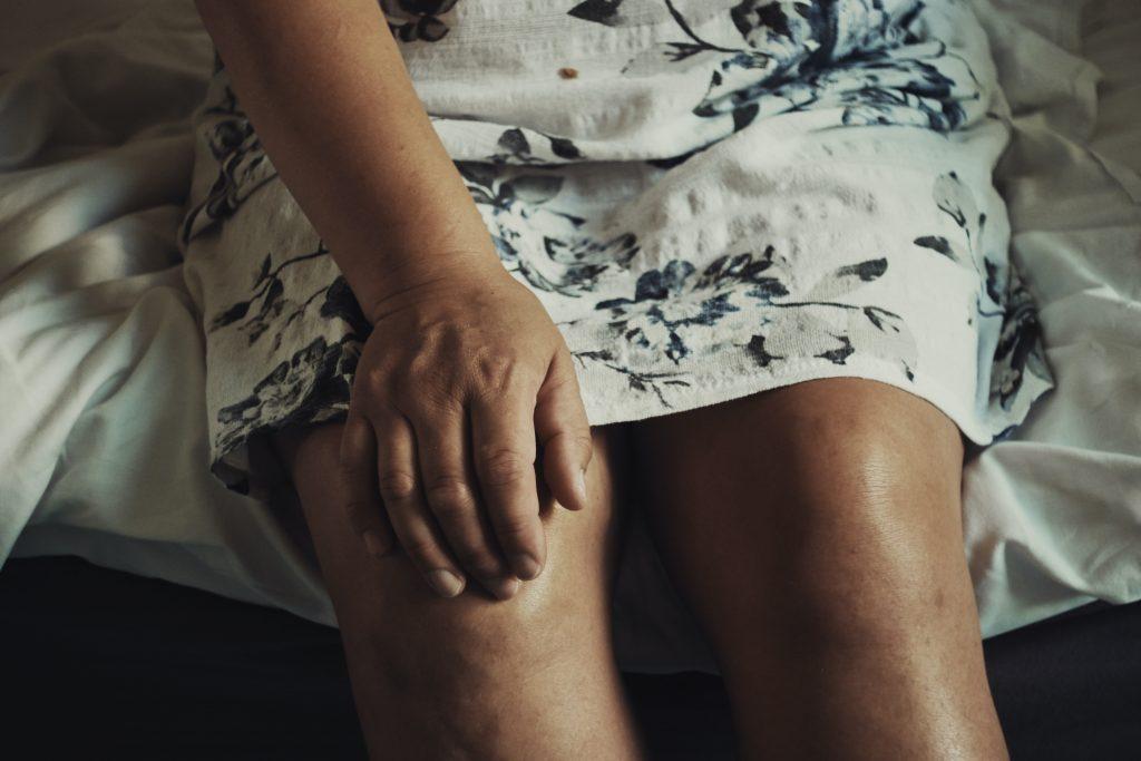knee twitching